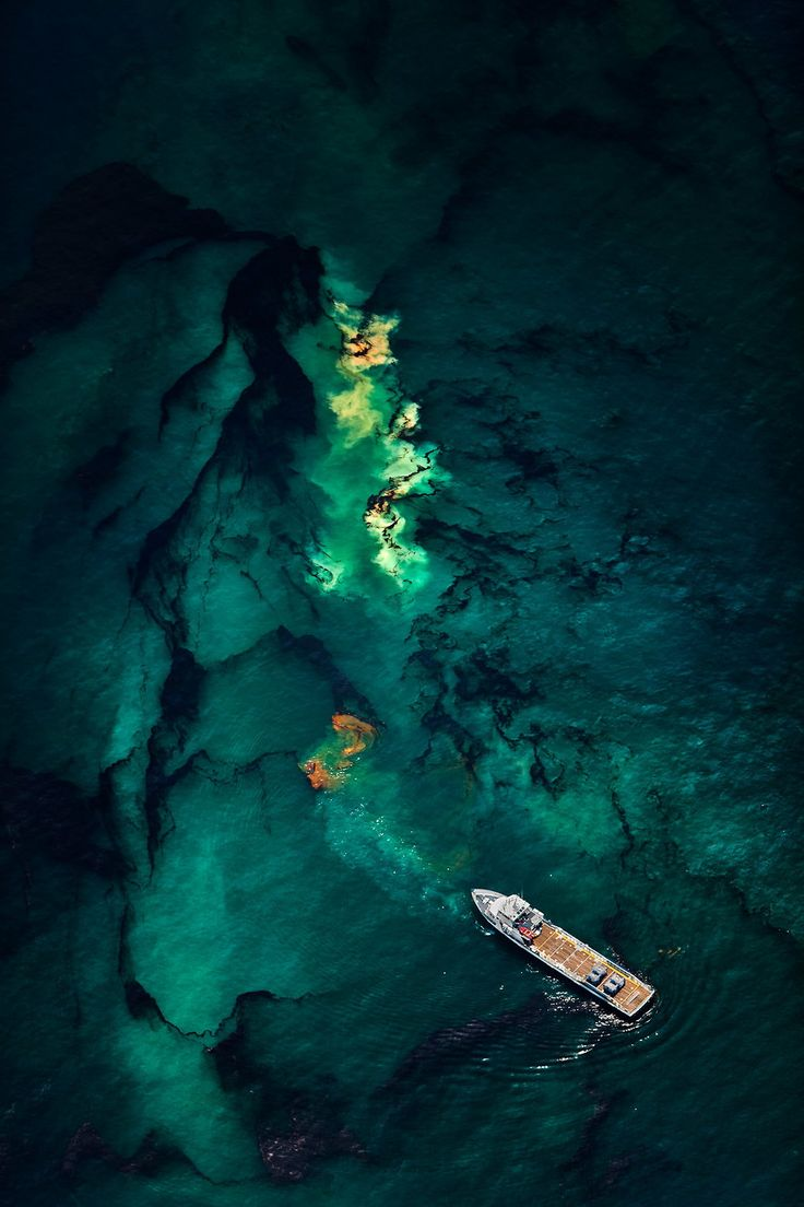 Daniel Beltra - Oil Spill BP Deepwater horizon 2010 (2)