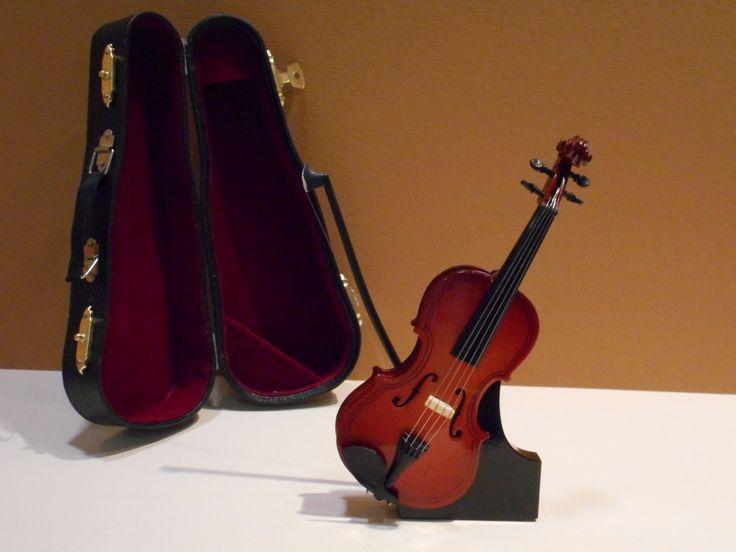 Βιολί στο σταντ και με τη θήκη του.