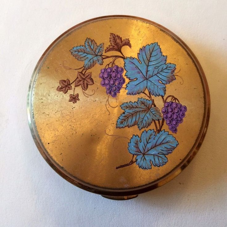 Vintage Gold Colour Ladies Powder Compact with Mirror: Grape Vine design on lid.