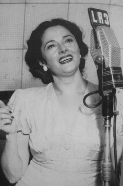 """Mercedes Simone (21 de abril de 1904, Villa Elisa, provincia de Buenos Aires - 2 de octubre de 1990) fue una actriz y cantante de tango argentina. Fue apodada """"La Dama del Tango""""1 Una de las figuras emblemáticas del tango argentino que también fue popular en Brasil, Colombia y Cuba"""