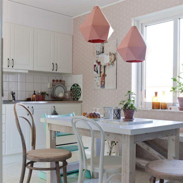 """Kök i pastell. Matbordet är byggt av en gammal dörr som målats vit och lagts på en ram med ben. Tripptrappstolen är köpt second hand och målad i mintgrön. Matta, House doctor. Taklampor """"Bråkig"""", Ikea. Prickig tapet, Ikea."""