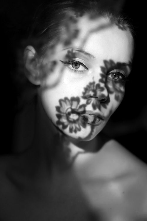 I love shadow portraits like this so much, there is shadows of the flower on model face and it looks so pretty.
