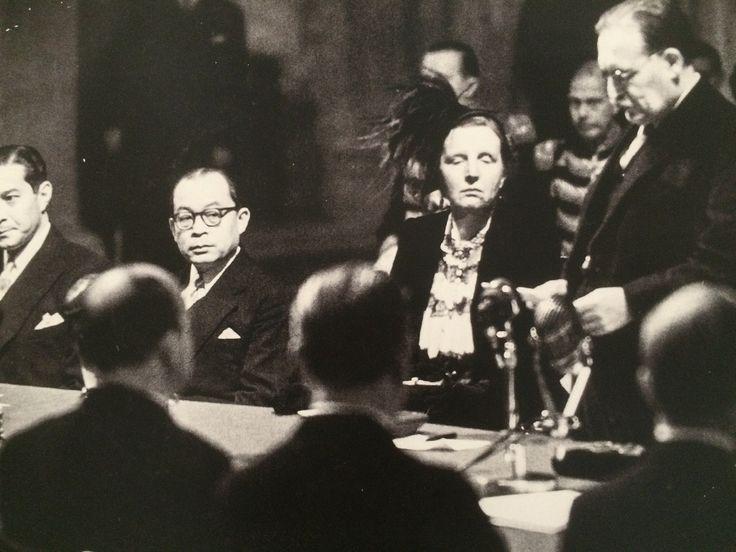 Moh. Hatta saat penandatanganan surat penyerahan kedaulatan Indonesia di Istana Dam Amsterdam, 27 Desember 1949. (National Archief).