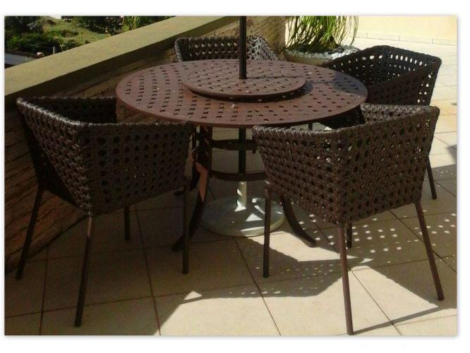 Conjunto Nicole R$ 4.691,00 em 4x de R$ 1.172,75 sem juros ou 10% de desconto à vista R$ 3.498,30 !  Conjunto composto por 4 poltronas com almofada de assento ( L 0,60 X P 0,58 X A 0,80  / 1 Mesa (1,30x1,30x75) modelo Havana em alumínio fundido.  Ombrelone Opcional   Produto de excelente qualidade,com estrutura em alumínio que garante durabilidade e leveza ao móvel,revestida por fibra sintética com tratamento contra raios U.V. e intempéries climáticas evitando assim seu desbotamento .