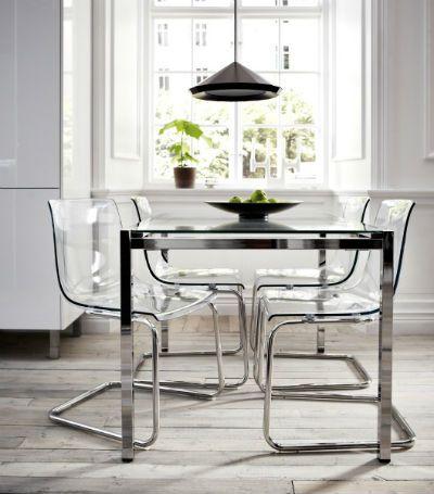 Пластиковые прозрачные стулья в интерьере в настоящий момент считаются самым актуальным трендом. Они смотрятся стильно и невесомо.
