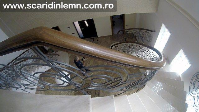 Mana curenta continua din lemn masiv curbat, pe scara interioara dubla
