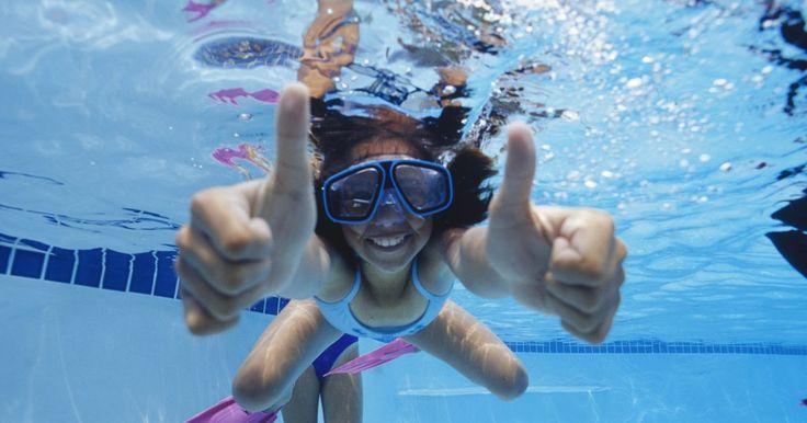 Cómo calcular el número de paneles solares que se requiere para calentar una piscina. La instalación de paneles solares para proporcionar el calor a tu piscina te ahorrará dinero a largo plazo, ya que el único costo asociado es el coste de los equipos y la instalación. Un calentador de panel solar te permite ampliar la temporada de piscina aproximadamente seis a ocho semanas, y proporciona una temperatura más cómoda durante la ...