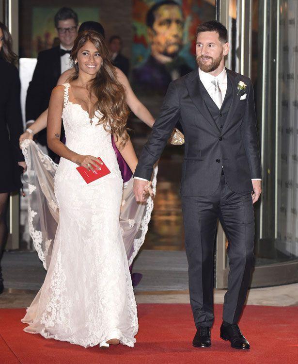 Lionel Messi Alles Uber Das Hochzeitskleid Von Antonella Roccuzzo Hochzeitskleid Anzug Hochzeit Kleid Hochzeit