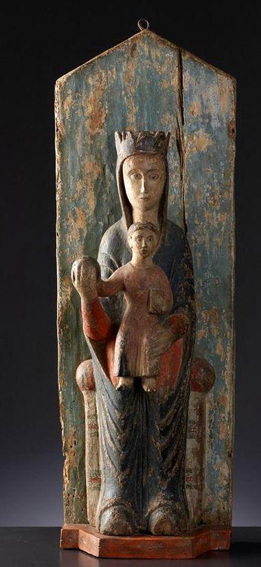 cette Vierge à l'Enfant, dite aussi Sedes Sapientiae ou trône de Sagesse. En bois sculpté polychrome, elle serait selon l'identification de Baccker, du début du XIIIe siècle, originaire d'Ombrie. De qualité somme toute assez médiocre, elle est un exemple de ce type de représentation dont l'origine remonte au Xe siècle.