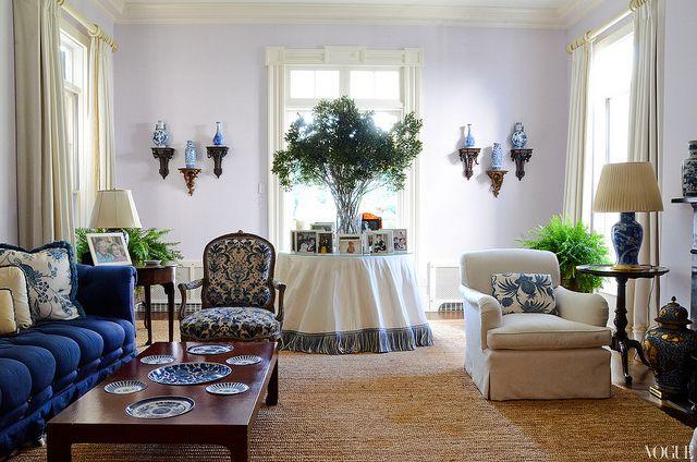 """Originariamente la llamada """"mesa camilla"""" era aquella mesa normalmanete redonda, vestida con una tela gruesa y con una tarima en la parte i..."""