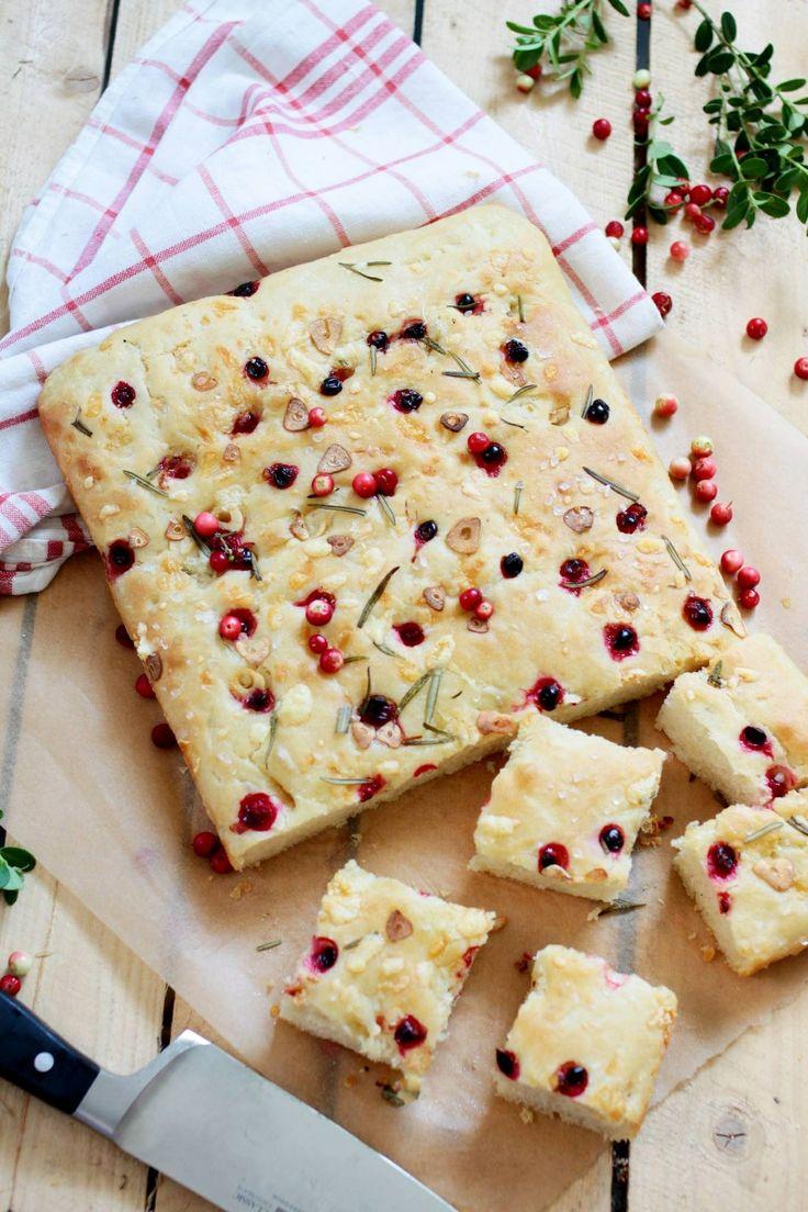 Min variant på det italienska brödet focaccia. Min variant med lingon vitlök och rosmarin.