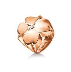 50€ Το χαρακτηριστικό μοτίφ, με τις τέσσερις καρδιές, Heart4Heart της Folli Follie, αποτελεί την έμπνευση για τη δημιουργία της  συλλογής Heart4Heart True Love καθώς και αυτού του πολύ  κομψού, επιχρυσωμένου ροζ, δαχτυλιδιού. Μια καρδιά για την αγάπη, μία για την  ομορφιά, μία για την ελπίδα και μία για την υπόσχεση. Όλες μαζί «χτυπούν»,  δημιουργώντας ένα παιχνιδιάρικο τετράφυλλο τριφύλλι που θα αναβαθμίσει κάθε σας  εμφάνιση.