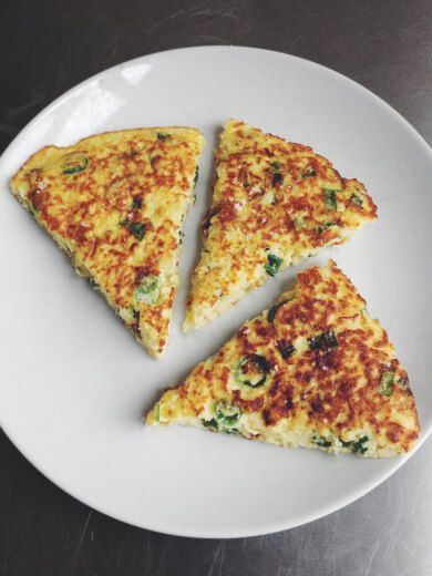 Using an old cauliflower crust recipe I had, I decided to experiment with making a 葱油饼 (scallion pancake). Of course, scallion pancakes are a traditional chinese restaurant appetizer and beloved street food, most notably known for its crispy exterior and soft layered interior. True scallion pancakes are incredibly flaky and chewy at the same time (the magic of gluten!) which my version unfortunately isn't. However, the big flavor of fried scallions and a golden brown crispy and salty crust…