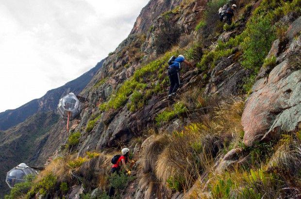 O acesso a esse hotel do Peru se dá através de tirolesa e escalada em rocha (foto: Divulgação)