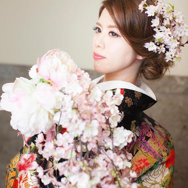 【munyahamu】さんのInstagramをピンしています。 《* *  桜を見ていると早く春が来ないかなぁと思います☺️🌸 * #マンダリンオリエンタル東京 #MObrides #MOwedding #マンダリンオリエンタル #mandarinorientaltokyo #リンデンルーム  #antswedding #アンツウェディング #motyo #マンダリン花嫁 #卒花 #披露宴 #中座 #結婚式 #お色直し #和装 #色打掛 #和婚 #桜 #kimono #春婚 #和装ヘア #和装ヘアメイク #洋髪 #和装ブーケ #桜ブーケ #MAGIQ》