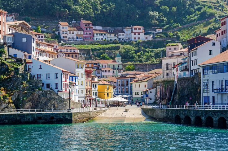 Asturias es una comunidad plagada de pueblos preciosos y pintorescos. Pueblos que, junto a sus playas, naturaleza y patrimonio, son seña de identidad de la comunidad. En esta lista hemos querido recoger los que, para nosotros, son los 10 pueblos más bonitos del Principado:  1.-Cudillero: Situado en la ladera de una montaña, como si de un anfiteatro se tratase, Cudillero es uno de los pueblos más coloridos y pintorescos de Asturias. Ese colorido se d...