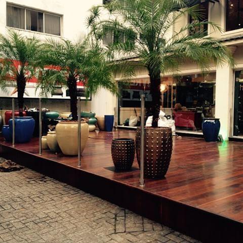 Tá ficando pronto o deck de vasos vietnamitas e fibras sintéticas aqui na Katel casa shopping - Moveis e Decoração - Av. Washington Luiz n 527 Santos Sp - tel (13) 3307-8020 www.katelcasa.com.br
