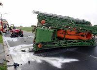 Der Traktor-Anhänger landete auf der Seite, der rote BMW wurde erheblich beschädigt.