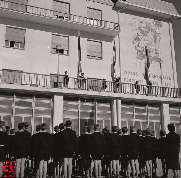 """Riconoscersi comunità nel Novecento, attorno agli scali e agli impianti, nacquero veri e propri quartieri costituiti dalle """"case dei ferrovieri"""", che da 23mila nel 1905 passarono a 49mila nel 1938. A partire dagli anni '20 si sviluppò una vasta politica sociale da parte dell'Azienda FS che, in cambio del forte spirito di corpo, della disciplina e del pesante impegno orario richiesti, concesse ai dipendenti una serie di misure e provvidenze assistenziali soprattutto a favore delle famiglie."""