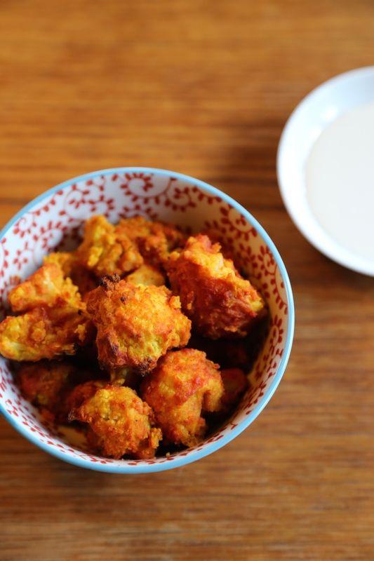 Chou-fleur croustillant à la tomate et au curcuma (pour 4 personnes)  1 beau chou-fleur  Pour la pâte : 100 g de farine de pois chiche 25 cl d'eau (filtrée si possible) 1 cs d'ail en poudre 1 cc d'oignon en semoule 1 cc de curcuma en poudre 1 pincée de poivre noir fraîchement moulu 1 cc de tamari (sauce soja sans gluten) 2 cs d'huile d'olive pour le plat Pour la sauce tomate : 1 cs d'huile de coco 20 cl de coulis de tomate (passata)