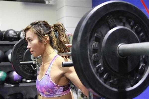 トレーニングするAYAさん=東京都港区(石井健撮影) / 中村アンも土屋太鳳もあこがれてハマった美筋肉作り! 注目度急上昇中の美しきトレーナー、AYAに迫る - 産経ニュース(2017.4.30) #AYA #トレーニング #ダイエット #ワークアウト #Health