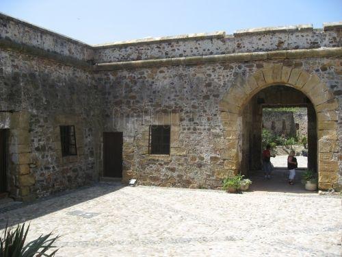 El Castillo de la Duquesa se levanta sobre una antigua villa romana. Alberga un museo y varias dependencias municipales.