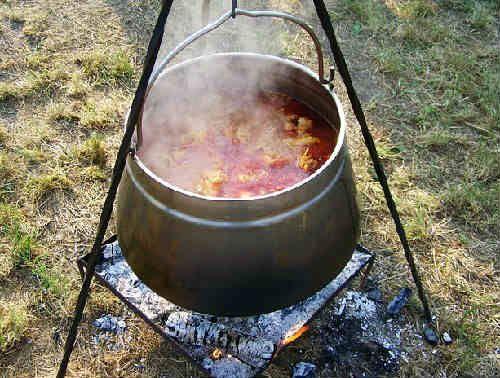 Как приготовить суп гуляш из говядины, рецепт универсальный, можно накормить семью первым и вторым блюдом одновременно, не требует навыков в кулинарии.