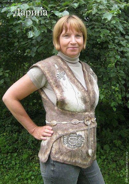 Купить или заказать Жилет  валяный из войлока 'Дочь Монтесумы' в интернет-магазине на Ярмарке Мастеров. Валяная безрукавка в этническом стиле. Использованы рисунки древних индейцев. Они нарисованы на шелке и заваляны в шерсть.Размер регулируется застежкой от 46 до 50-го. Замечательно будет выглядеть со свитером или водолазкой бежевого или коричневого цвета.…