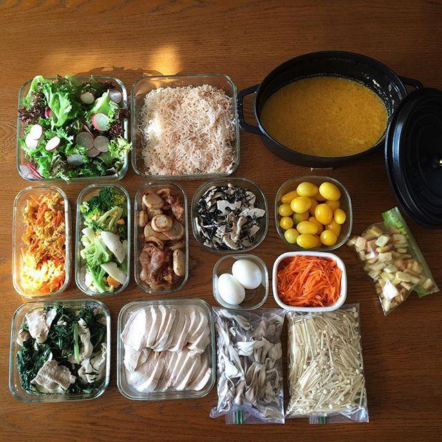̟ 2015.11.6 ̟ お野菜がたくさんあったので、今日と明日の為に下拵えと作り置きしました。 ̟ お野菜は実家、ご近所のおじさん、産直などなど。新鮮なうちに使わないとねー。 ̟ 今日のごはんは、この作り置きの何品かに、子供たちの大好きなサンマの炊き込み御飯と汁物を作る予定♪ ̟ 前のpostのお返事が済んでいないので、こちらのコメントは〆させて下さい。 ̟ ⚫︎ライスミルクと豆乳のかぼちゃのスープ←明日用 ⚫︎サラダ ⚫︎しらたきの明太子炒め ⚫︎人参シリシリ ⚫︎ブロッコリーと卵のサラダ ⚫︎かぶと豚肉の炒め物 ⚫︎蓮根とひじきのサラダ ⚫︎鶏ハム ⚫︎水菜と豚肉の煮物 ⚫︎ゆで卵 ⚫︎キャロットラペ ⚫︎ミニトマト←最近黄色がお気に入り ⚫︎クルトン ⚫︎舞茸&えのき←冷凍用 ̟