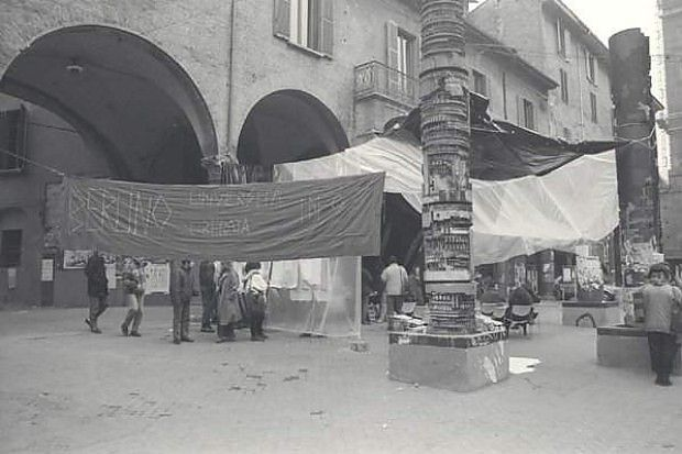 I totem di piazza Verdi negli anni '70 - Bologna - Repubblica.it - Foto di Luciano Nadalini