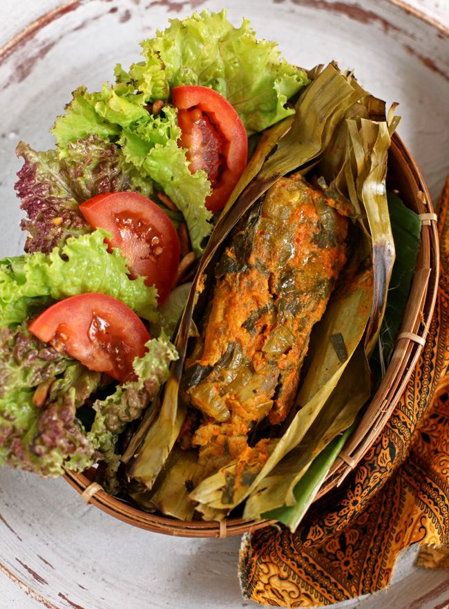 Pepes tongkol bumbu kuning / Spicy cob fish coated in yellow paste wrapped in banana leaves