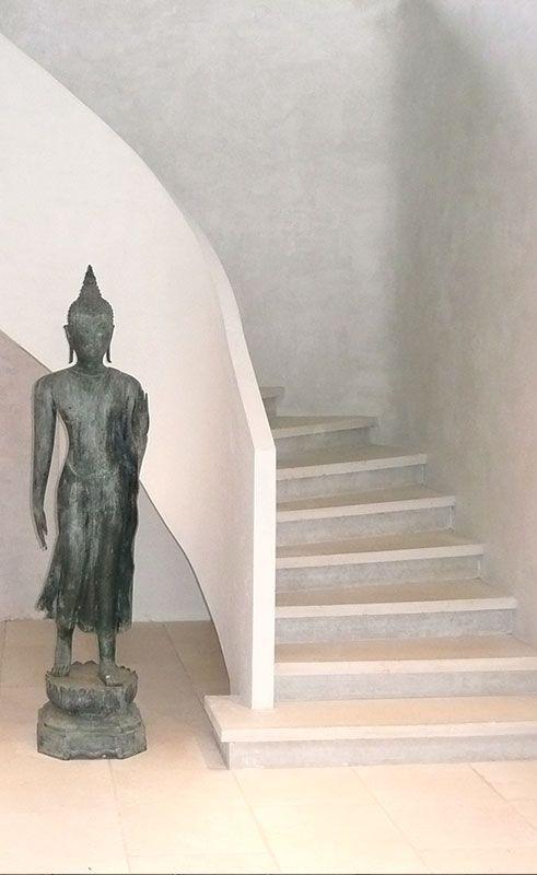- Escalier béton teinté gris clair - Nez de marche carré - Garde corps en brique plâtrée