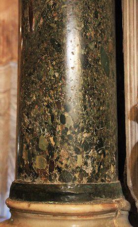"""San Vitale, Ravenna. 526 – 547. La prima colonna a sinistra del presbiterio di  è il vero tesoro della chiesa: è composta da un marmo antico che viene detto """"lapis hecatontalithos"""", che letteralmente significa """"pietra dalle cento pietre"""". È un materiale assolutamente raro, se non introvabile, denominato breccia verde d'egitto."""