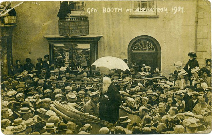The #SalvationArmy founder General William Booth speaks to a crowd in 1901