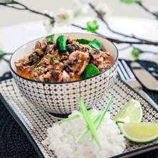 Smakrik asiatisk gryta med doft av ingefära och vitlök gjord på vegetarisk färs, svamp och purjolök.