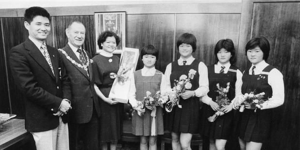 The Chen family's  naturalisation in 1975 (from left) Professor Peter Chen, mayor Sir James Barnes,  Mrs Jean Chen and daughters Mai,  Annie,  Angel  and  Mindy.
