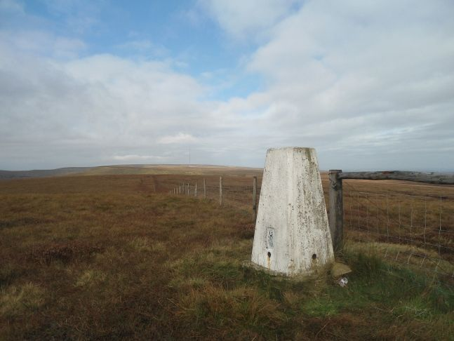 Pictures, report and route details from a visit to the seldom visited tops of Dead Edge and Snailsden Edge in the far north-eastern corner of the Peak District.