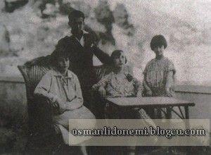 Montecarlo Soldan Sağa : Efendi'nin annesi Müveddet Kadınefendi , Sultan Vahideddin'in oğlu Ertuğrul Efendi, Sultan Vahideddin'in kızı Ulviye Sultan ve Hümeyra Sultan(özbaş)