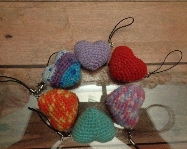 Cuore amigurumi portachiavi realizzato completamente a mano con la tecnica degli amigurumi.Ideale come idea regalo per San Valentino o per altre occasioni.