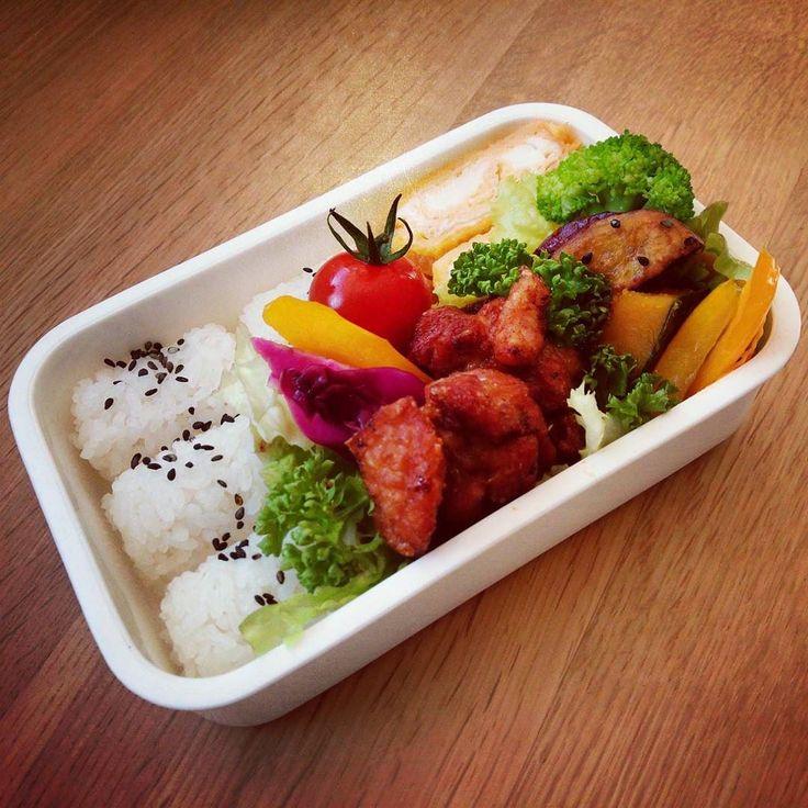 """From the Instagram of setuko22: """"#お弁当#お弁当部 #おべんとう #おべんとう倶楽部 #おべんとう楽しもう部 #お弁当作り楽しもう部 #ランチ#らんち#ランチボックス#毎日野菜  おはようございます  今日は唐揚げ弁当 生姜にんにくの醤油味です ミニトマトとパプリカレッドキャベツはピクルスにしました寿司酢鷹の爪で一晩漬けです 大学芋とかぼちゃの煮を添えて  今日のお野菜はサニーレタスブロッコリーパセリミニトマト黄パプリカレッドキャベツ薩摩芋かぼちゃです  今日も日頑張っていきましょう"""""""