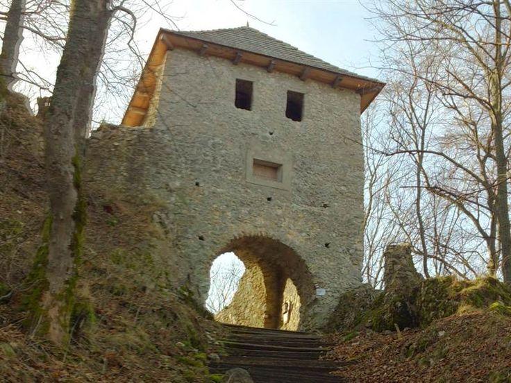Hrad Muráň - martinka753 Prístup: autom na Veľkú lúku, odtiaľ (horáreň) pešo po modrej asi 45 min., pešo z obce Muráň po červenej asi 1 hod. a 45 min.