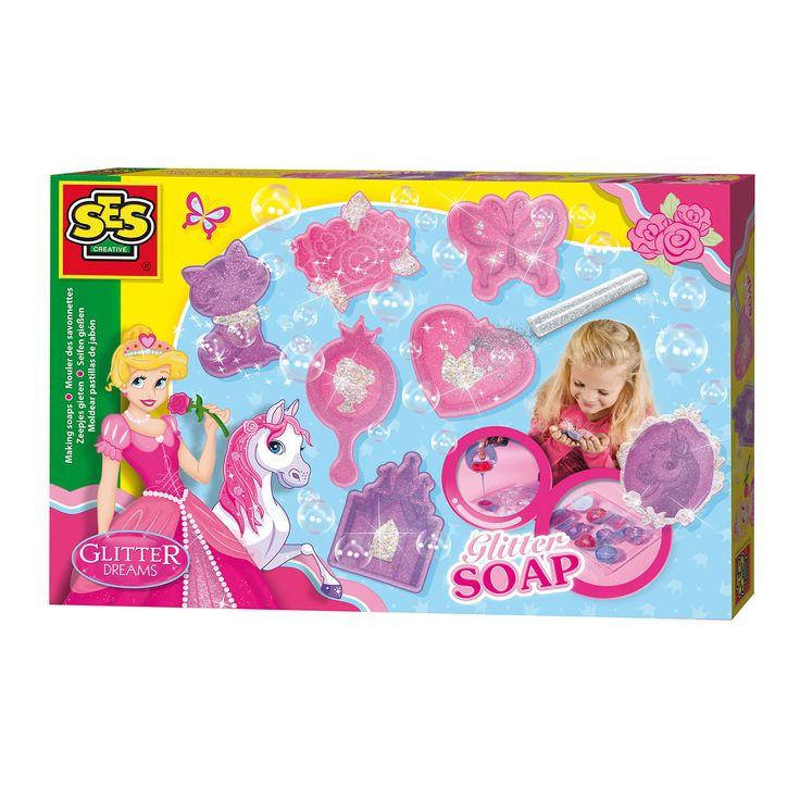 Maak heerlijk ruikende zeepjes met deze Glitter dreams set van SES. De set bevat een mal met unieke vormen, zoals een prinses, kasteel, paard, kroon en spiegel. Het is niet moeilijk en erg leuk om te doen. Smelt de zeepblokken en giet de zeep in de mal. Vervolgens kun je glitter toevoegen voor een sprankelend resultaat. De zeepjes passen goed in een meidenkamer of zijn leuk om cadeau te geven. Inhoud: mal, 2 kleuren zeep, zilveren glitters en instructies. Afmeting: verpakking 30 x 20 x 4 cm…