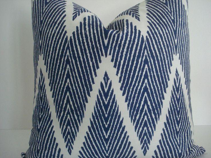 Marine/Ivoire Ikat-ChevronThrows et lombaires-Lacefield-oreiller design décoratif Toss géométrique-couverture oreiller par thecottagecupboard sur Etsy https://www.etsy.com/fr/listing/162729145/marineivoire-ikat-chevronthrows-et