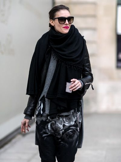 Een grote zwarte sjaal en knallend roze lippen @ Parijs Haute Couture Week s/s 2014 - Modellen in het wild @ Parijs Haute Couture Week #streetstyle #fashion #mode #ELLE