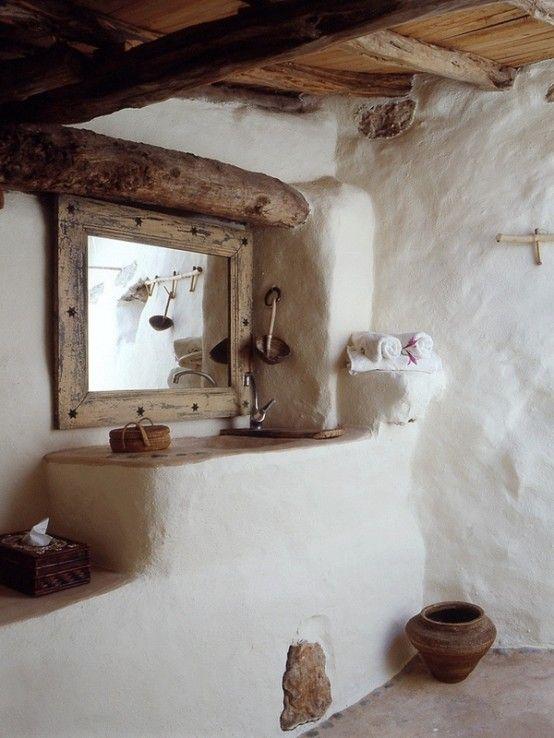Salle de bain rustique matériaux en bois pierre, murs recouverts de mortier