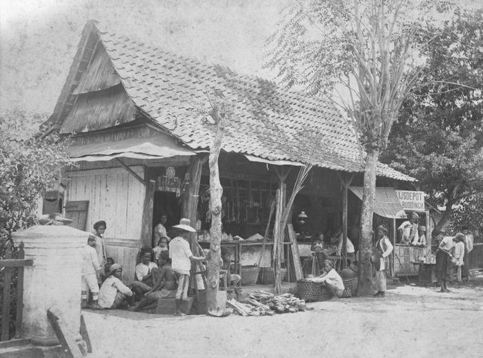 1885-1915: Warung dan depot es van Buddingh. Juru foto: C. Koene Co. (sumber foto)