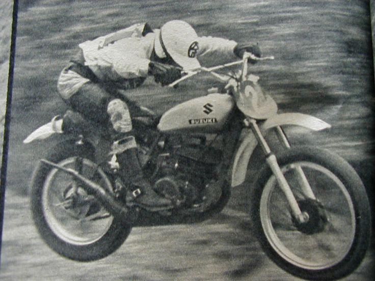 セニア 矢島 金次郎様です!  独特のジャンプですね~  なになに・・・タンクの上にヘルメットをかぶりましょう?  って書いて有る!