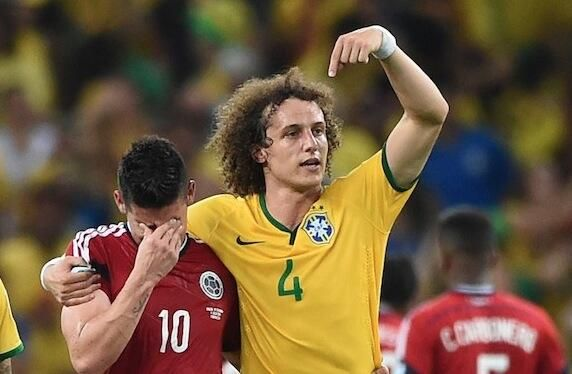 World cup 2014 David Luiz consola James R.