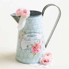 Regadera estilo vintage en mint con patrón de flores