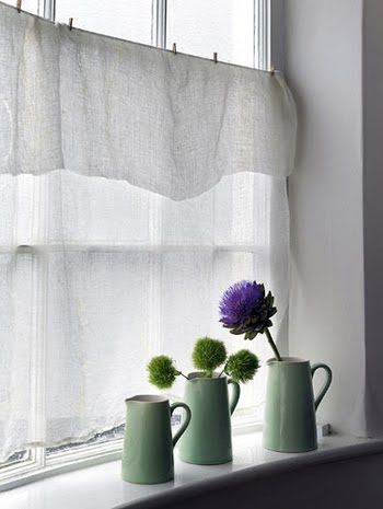So easy and cute. A unhemmed piece of linen, twine and clothes pins. There you go, a new kitchen curtain :)